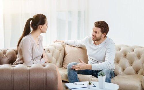Para rozmawia na kanapie