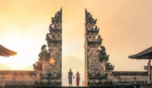 Para przechodzi przez wrota świątyni