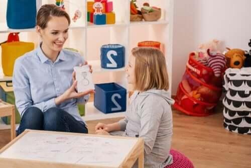 Psycholożka pracuje z dziewczynką z ADHD