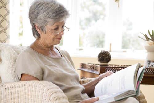 Starsza kobieta czytająca książkę