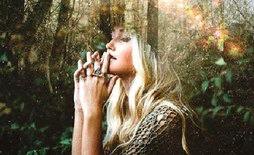 Kobieta w lesie - ucieczka od cywilizacji