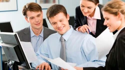 Zebranie w pracy przy komputerze