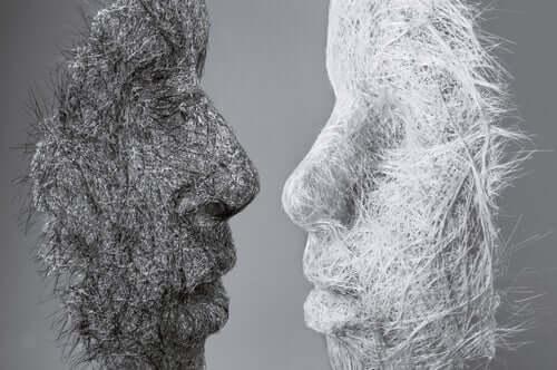 Biała i czarna maska