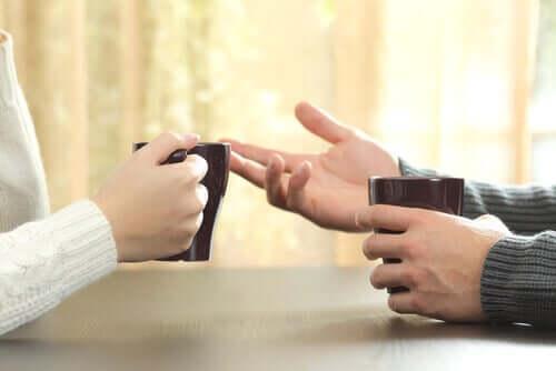 Dłonie podczas rozmowy