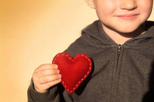 Dziecko z sercem w dłoni
