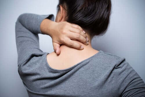 Kobieta masuje bolący kark