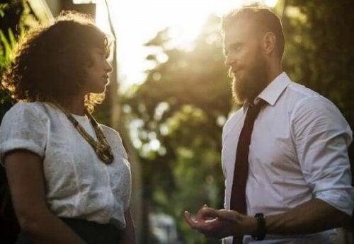 Kobieta i mężczyzna w trakcie rozmowy