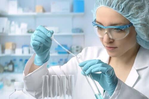 Kobieta - naukowiec w laboratorium