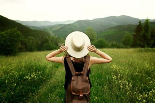 Kobieta z plecakiem na łonie natury