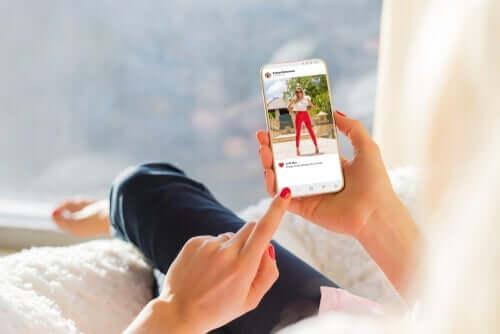 Kobieta z telefonem, a media społecznościowe