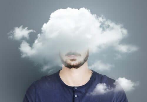 Mężczyzna z głową zasłoniętą chmurami