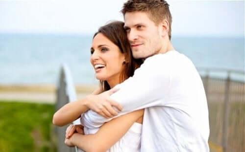 Para w objęciach odczuwająca szczęście