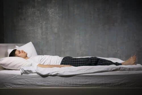 Paraliż senny - mężczyzna w łóżku