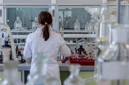 Pracownica laboratorium wykorzystuje metody naukowe