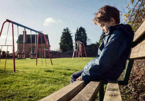 Samotny chłopiec na ławce