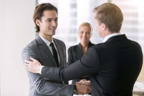 Szef składa gratulacje pracownikowi