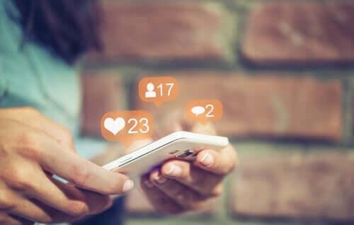 Telefon w dłoniach - media społecznościowe