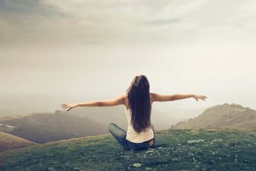 Wolność, a zależność - kobieta w górach