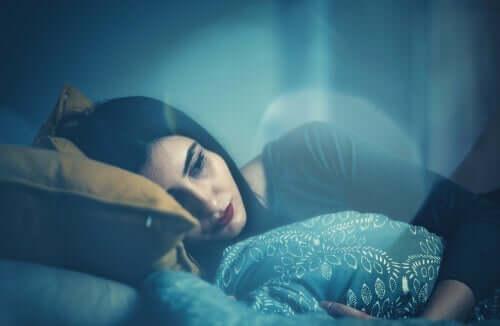 Zamyślona kobieta w łóżku
