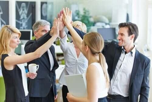 Zespół w pracy świętuje sukces
