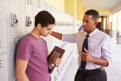 Nauczyciel rozmawia z uczniem na korytarzu