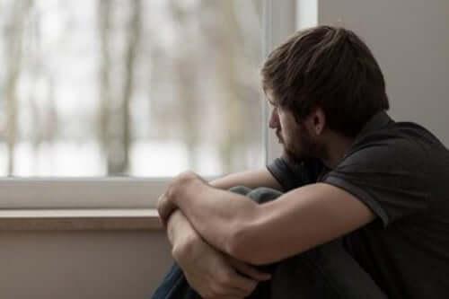 Chłopak patrzący przez okno