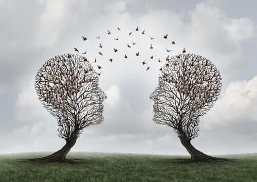 Dwa drzewa w kształcie ludzkich głów