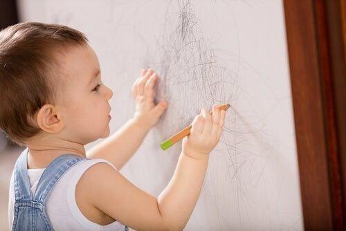 Dziecko rysuje po ścianie