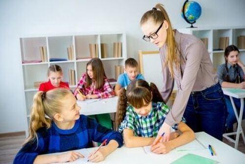 Pedagog szkolny pracuje z klasą