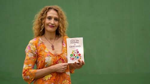 Raquel Marín z książką