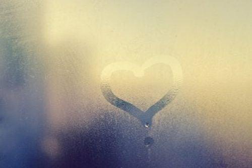 Serce na zaparowanym lustrze