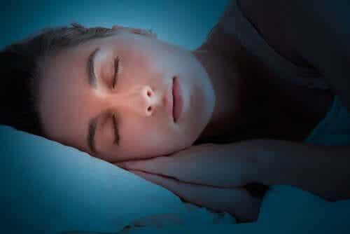 Nad czym pracuje mózg, kiedy śpimy?
