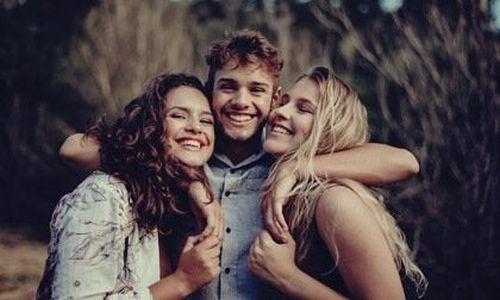 Troje przyjaciół w objęciach