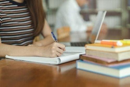 Uczennica odrabia lekcje