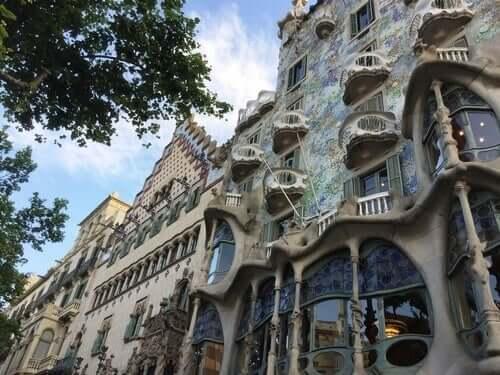 Antonio Gaudi i jeden z jego projektów