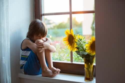 Chłopiec przy oknie