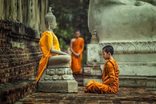 Zasady komunikacji według buddyzmu - poznaj podstawy!