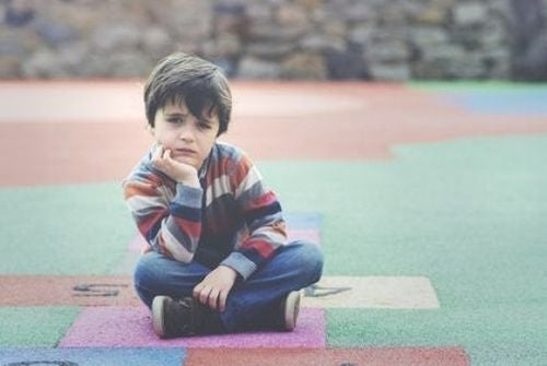 Emocje u dzieci - zamyślony chłopiec