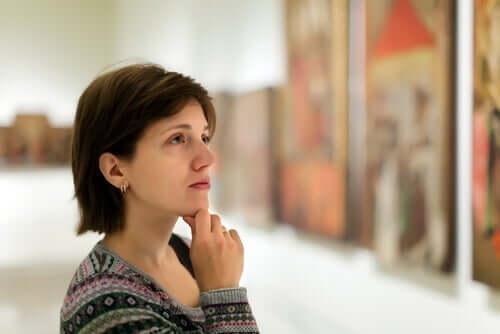 Kobieta oglądająca obrazy