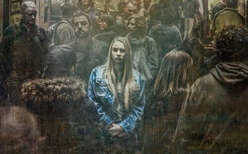 Kobieta w tłumie a nieśmiałość