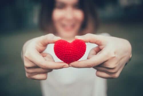 Kobieta z sercem w dłoniach