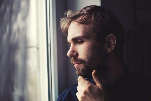 Mężczyzna w trakcie przemyśleń