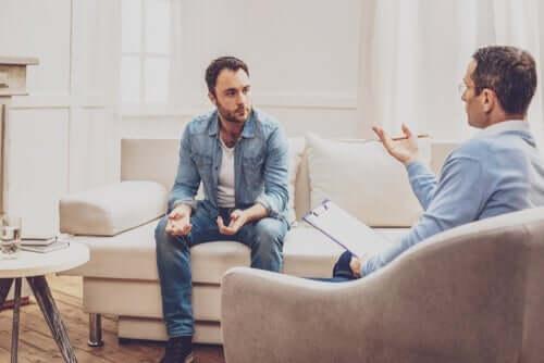 Mężczyzna ze swoim terapeutą