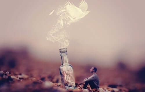 Mężczyzna patrzący na butelkę