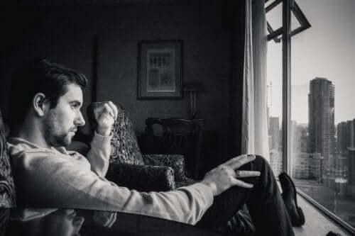 Mężczyzna przed oknem