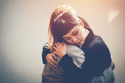 Przytulające się przyjaciółki - dotykanie drugiej osoby