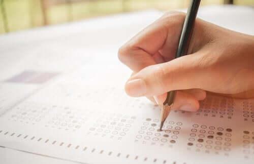 Dłoń osoby piszącej test
