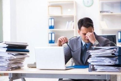 Zestresowany mężczyzna za biurkiem