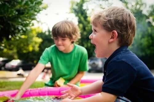 Chłopcy bawią się razem na pikniku - asertywne dzieci