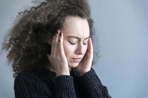 Kobieta cierpi na ból głowy od zmartwień